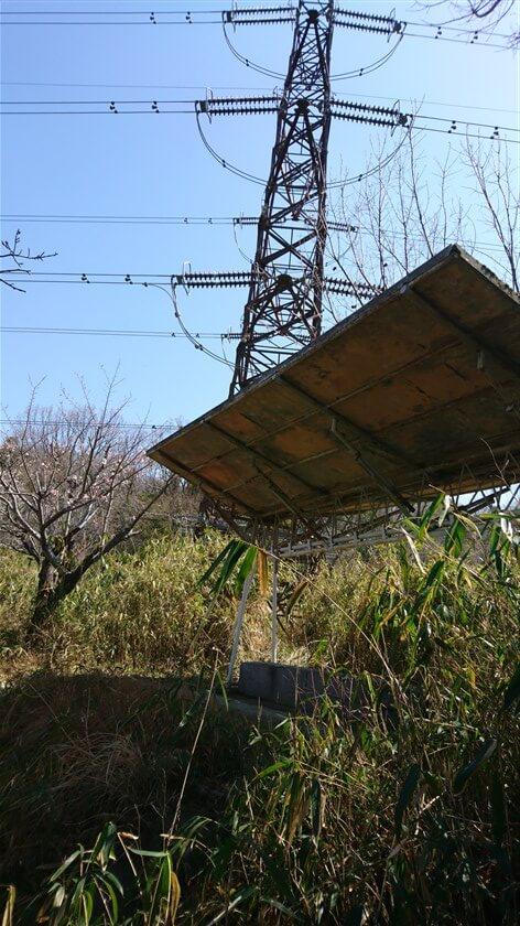 やがて、鉄塔の下に屋根付きの休憩所が現れる