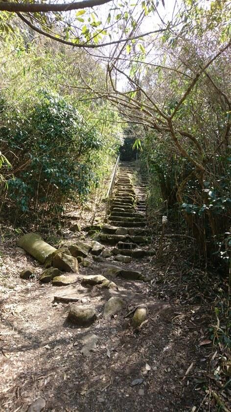 遂道を抜けると、石の階段が現れる