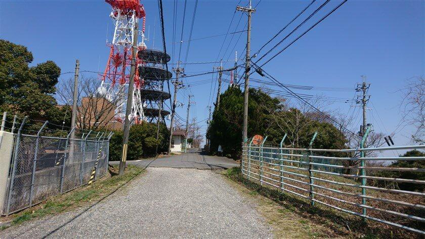 正面にテレビ塔と、生駒山上遊園地への入り口が見えてくる