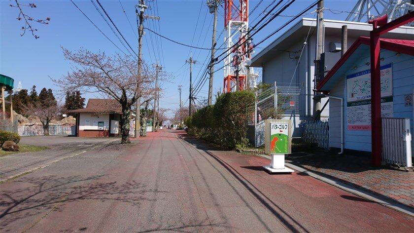 生駒山上遊園地の中を行く