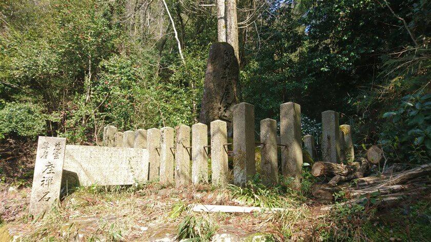 「慈雲尊者 座禅石」と書かれた石柱がある
