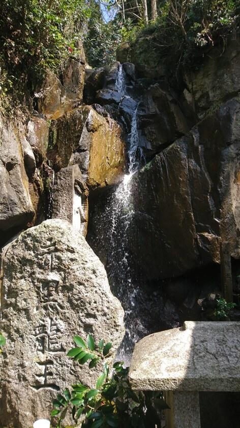 奥まった所に滝がある。これを「雄滝」と言うようだ。