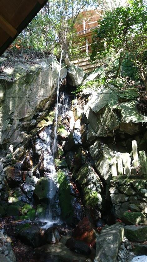 これが、行者修行用の「雌滝」で、上部の樋から流れ落ちて滝修行が行なえるようにしてあるようだ