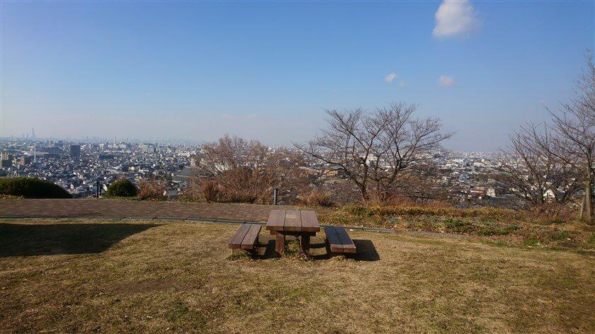 信貴越えの登り口にある市民の森には、幾つかのテーブルとベンチのセットがある