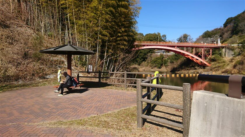 大門ダムの堰堤の横に、屋根付きの休憩所がある