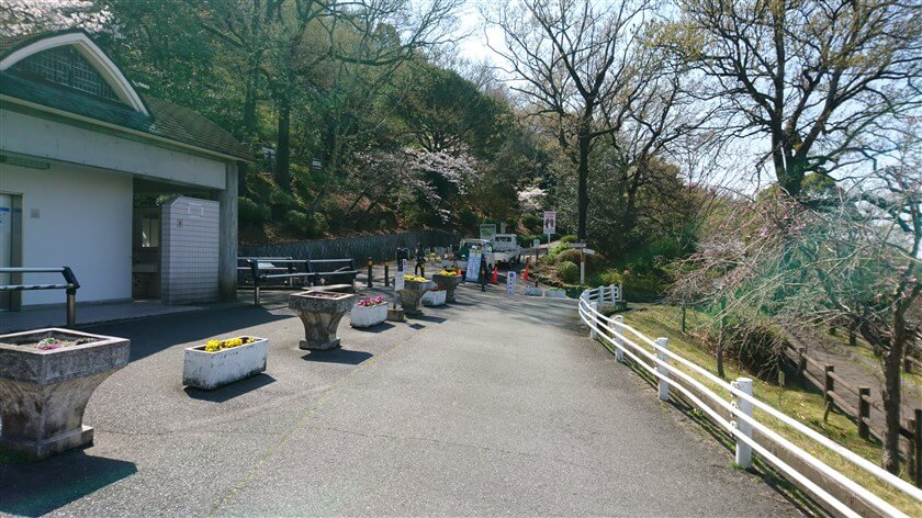 駐車場を上がると「枚岡公園管理事務所」の前にトイレがあり、ここから枚岡公園のウォーキングコースが拡がっている