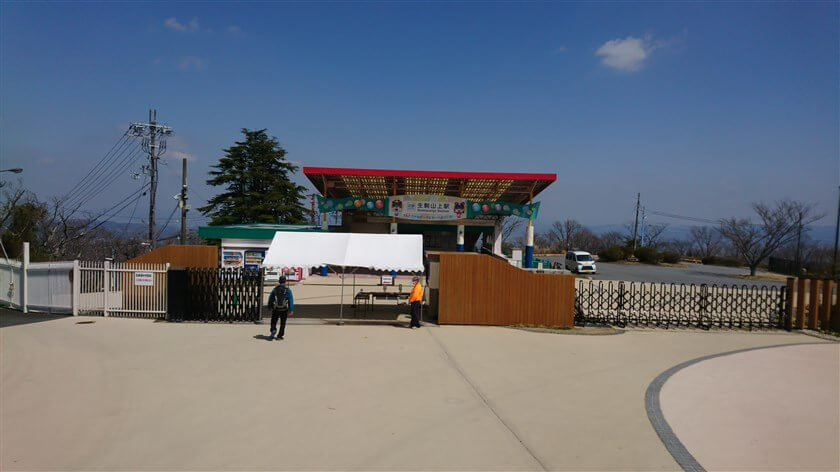 生駒山上駅に向かって、遊園地を出る