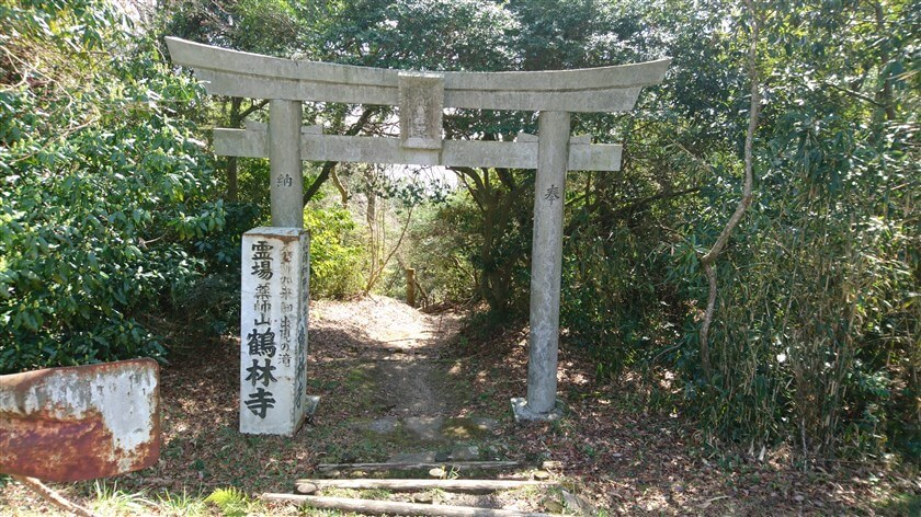 道路の脇に、鶴林寺への鳥居がある