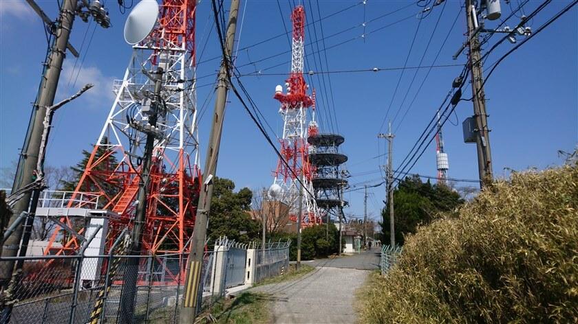 生駒山上遊園地に入る、元の道に戻る。手前のテレビ塔は「NHK」
