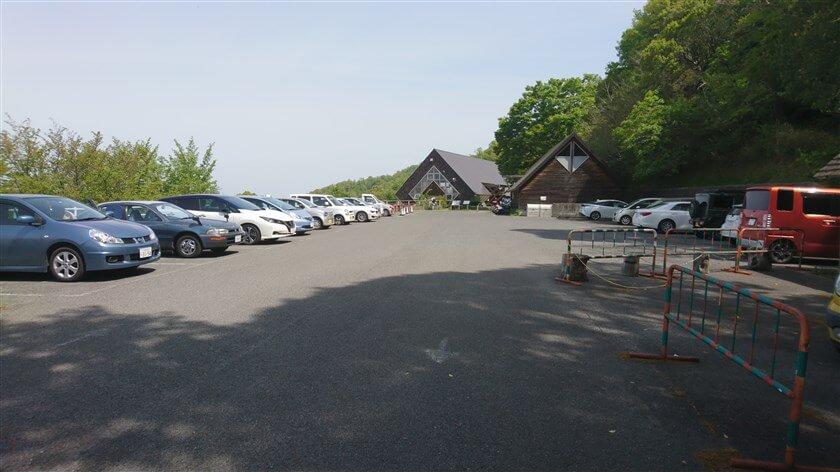 「らくらくセンターハウス」の手前にも駐車場があるが、満車だった