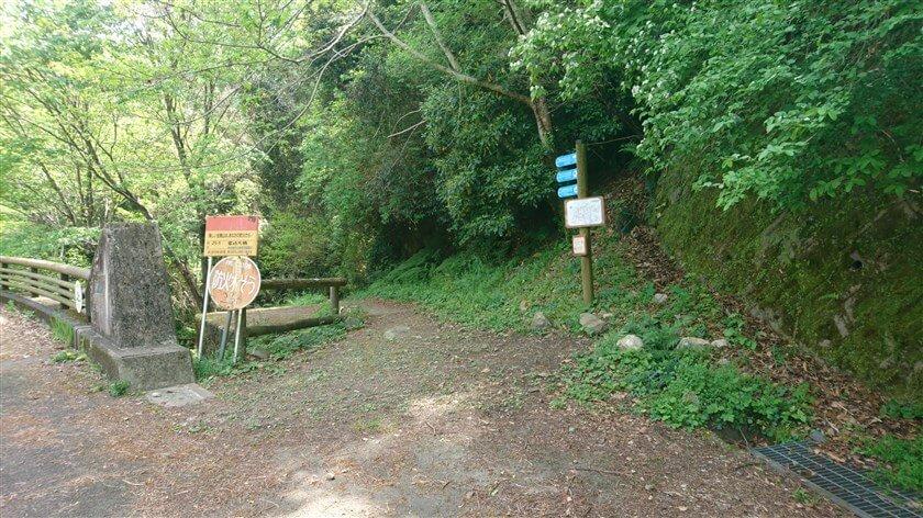 右側に「客坊谷コース」への標識がある
