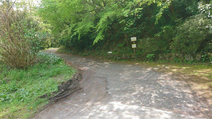 ゲートの手前の ←の道には、「神感寺」(はちだいりゅうおうしんかんじ)への標識がある