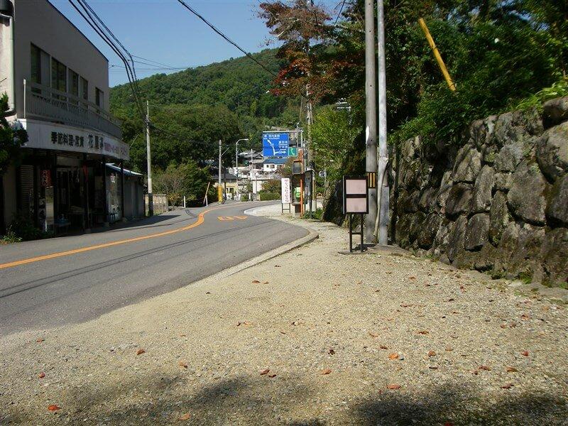 観心寺側から、川上駐在所南の交差点を振り返る
