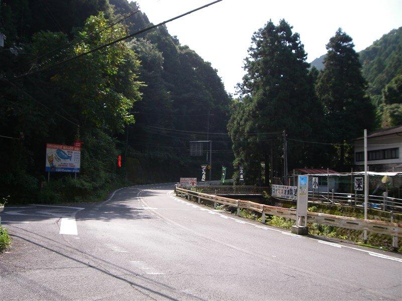 小深、マスつり場横。左折すると、金剛山ロープウェイ方面のR214