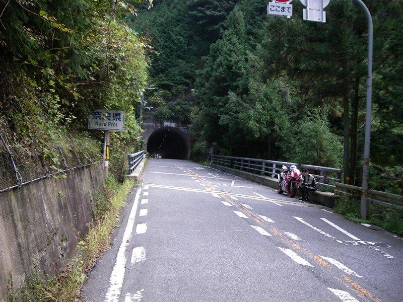 トンネルの手前が、奈良県との県境