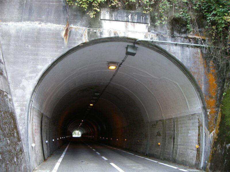 金剛トンネルを抜ける