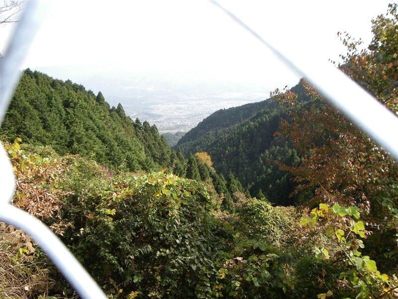 奈良県に下る地点の、フェンスの隙間からの眺め