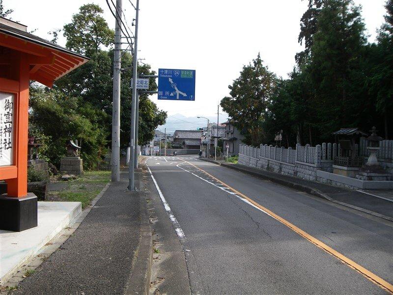 中野町北の交差点。左:R261、直進して京奈和自動車道の下を潜りR168へ向かう