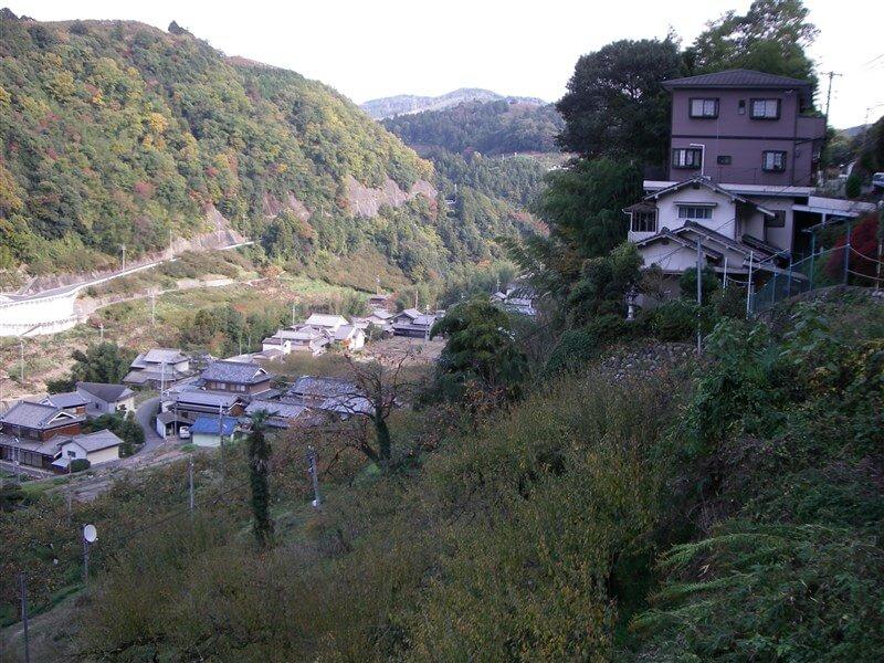 この辺りは、丹生川に沿って谷底に集落がある