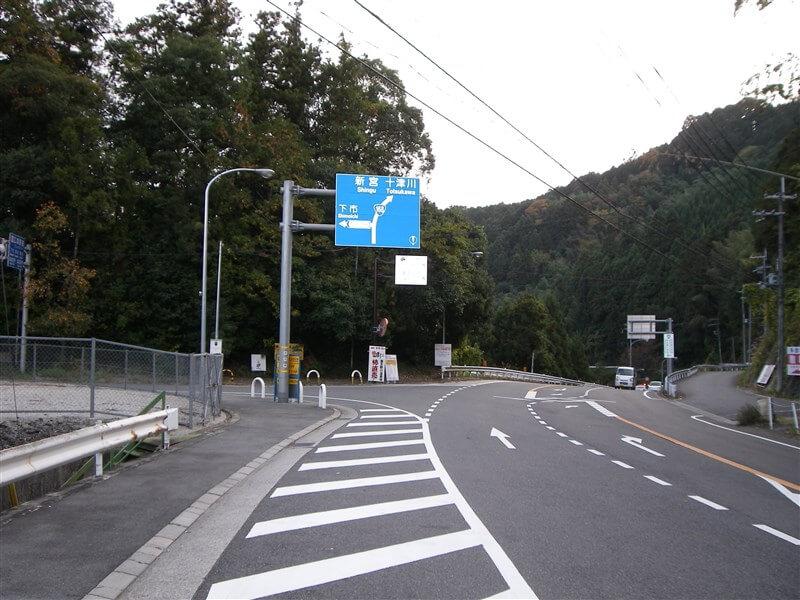 左折:下市方面、フルーツロードへの標識がある。