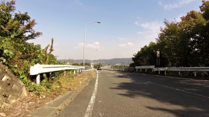 鳴川大橋を下る