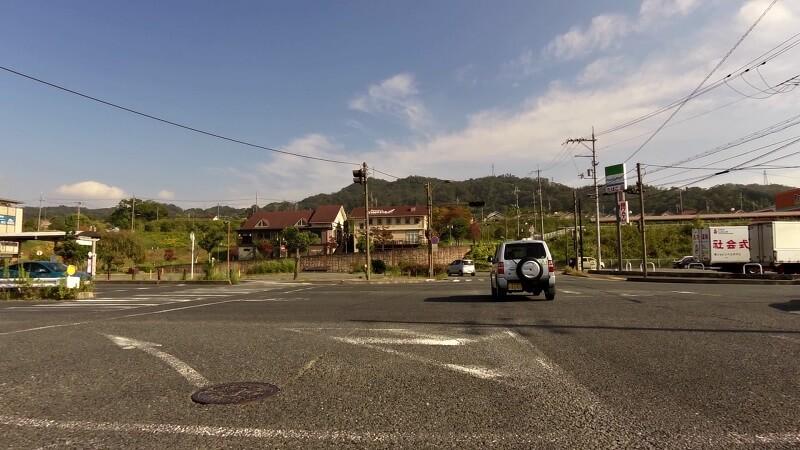 近鉄生駒線・東山駅の南、上庄バイパスの交差点に出る