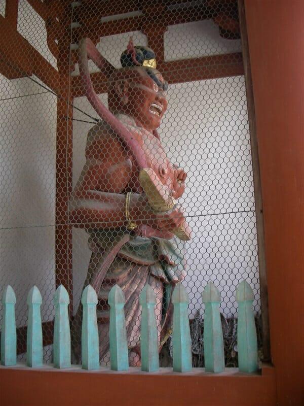 門の両脇で構える仁王像