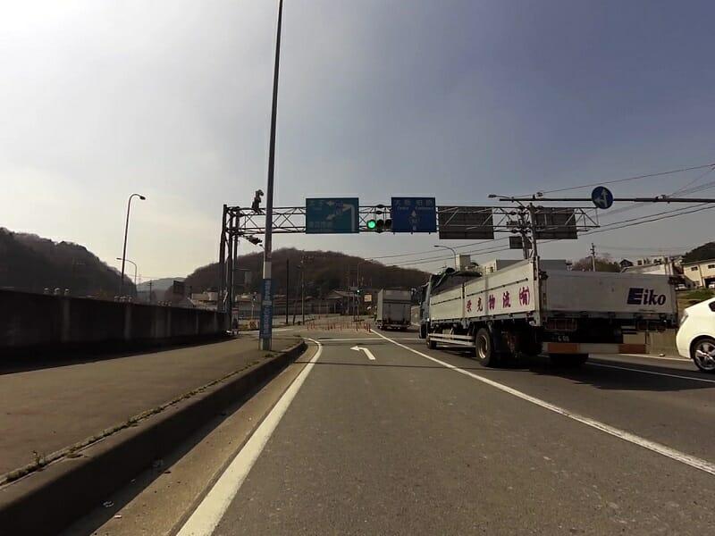 R165からR703に出る交差点。