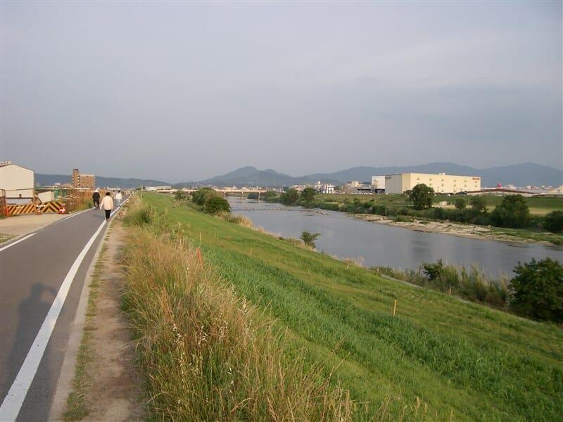 大和川の堤を川上(東)へ