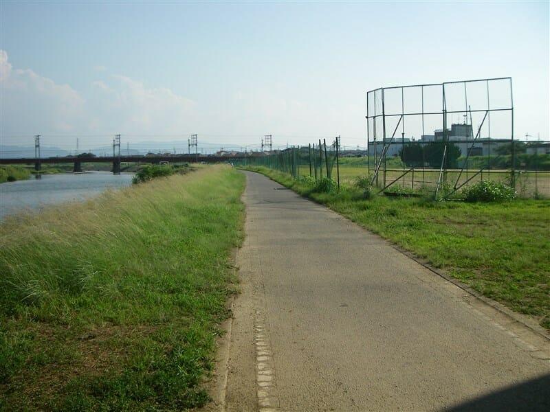 臥龍橋の下を潜り、近鉄南大阪線を望むグランド横