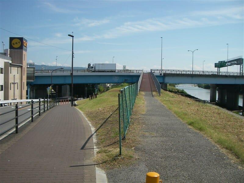 新明治橋と近畿自動車道