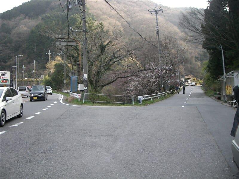 大阪側:旧道との分岐点。左側紀見トンネル、右側紀見峠。