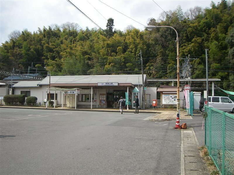 壺阪山駅の駅前広場