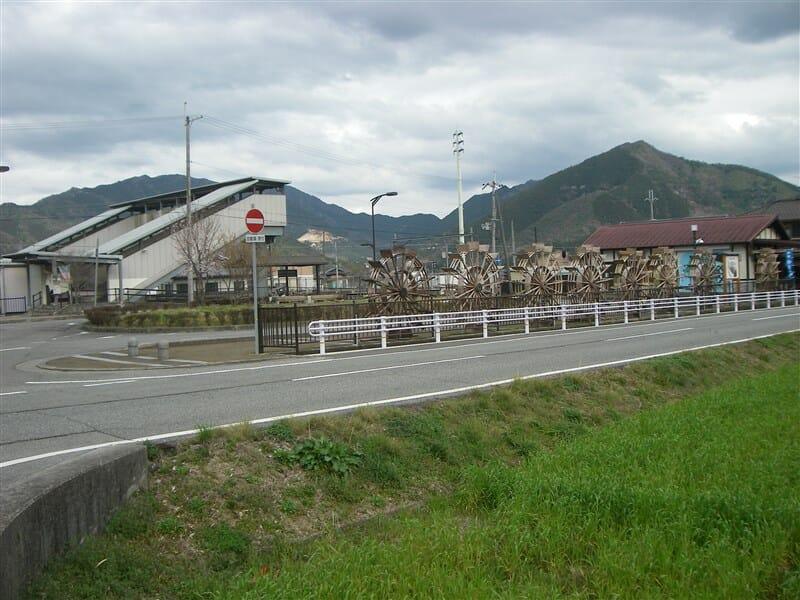 新野駅前の水車