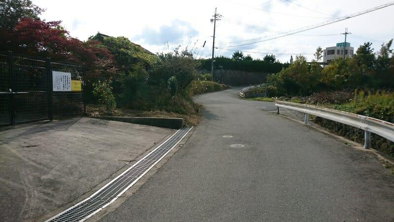 竹藪を抜けると、水道施設の前に出る