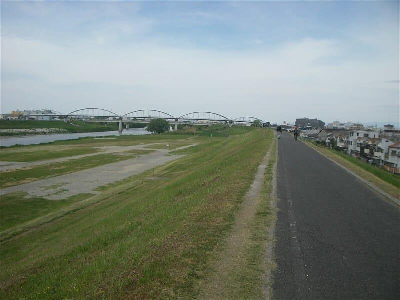 河内橋を過ぎて水道橋を望む