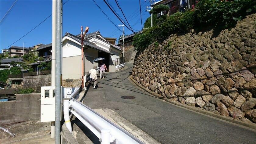 村の中の狭い激坂