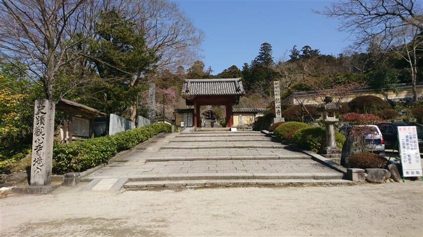 観心寺の境内を望む