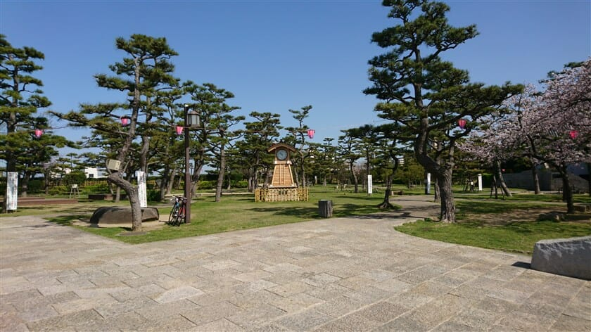 岸和田城前の公園に駐輪