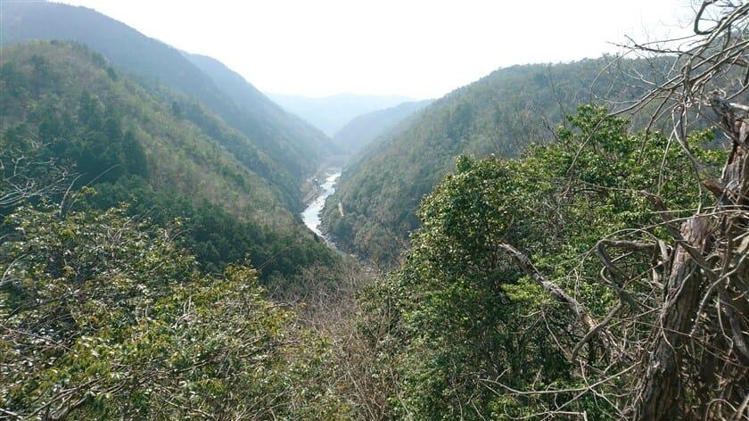 六丁峠を超えた地点から、桂川を望む