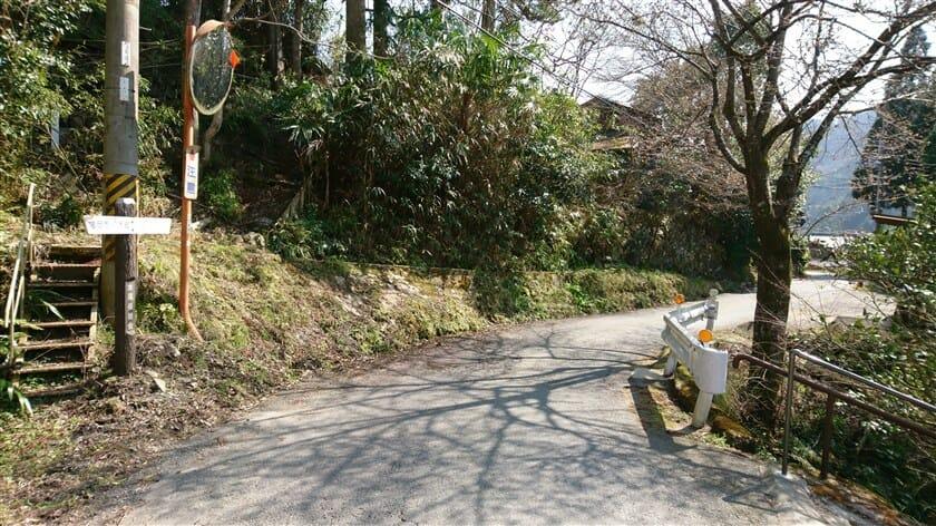 このままR50を進めば、亀岡市八木町の標識がある