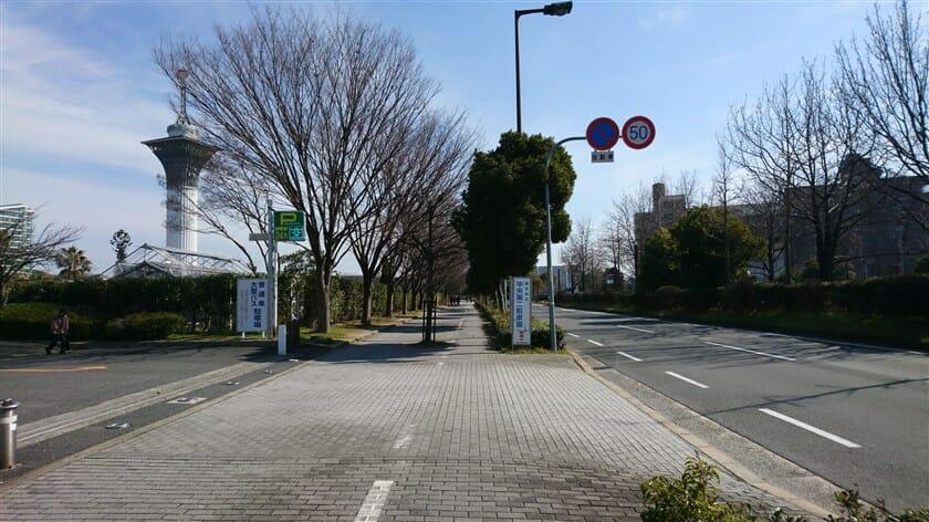 門真JCT】に向かう、公園前の道