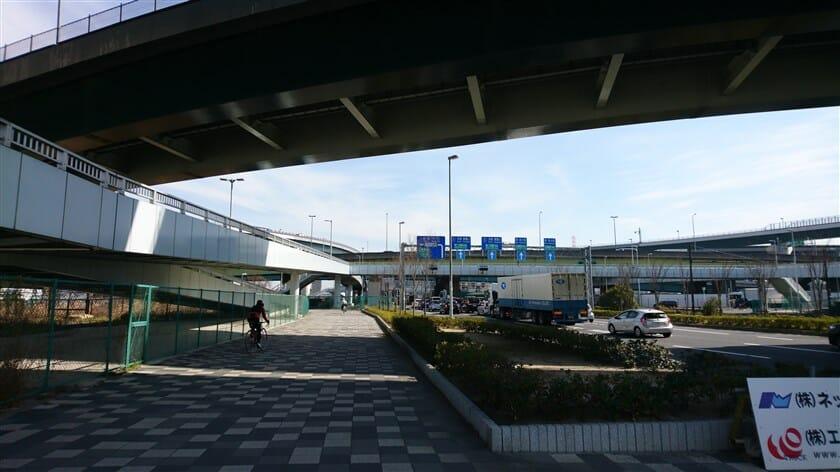 【門真JCT】に到着。左に見える歩道橋を自転車に乗ったまま上る。
