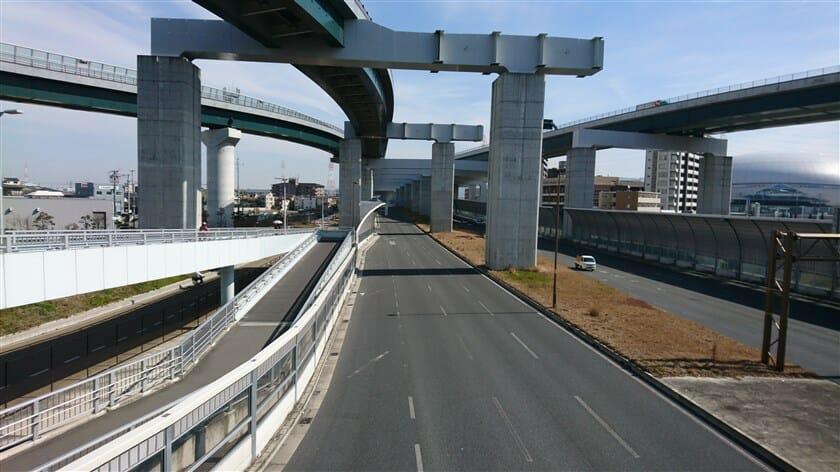 歩道橋の上から第二京阪のジャンクションを望む