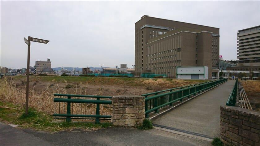 関西医科大学に渡る橋の袂に、北河内サイクルラインの標識が