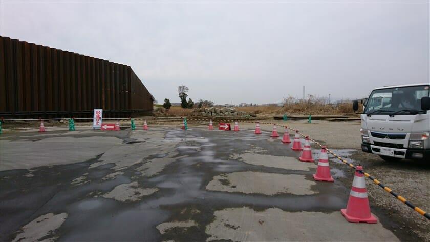 近畿自動車の下を潜った所で、淀川河川敷の道は行き止まり