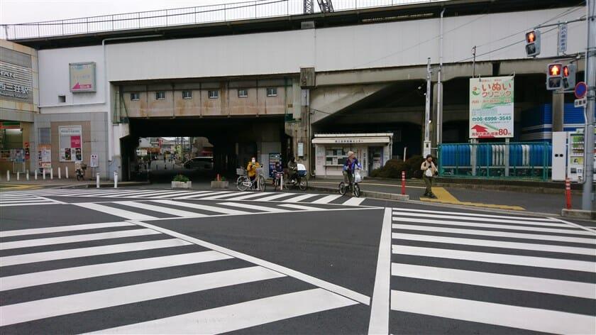 京阪本線「西三荘駅」の高架下を進む