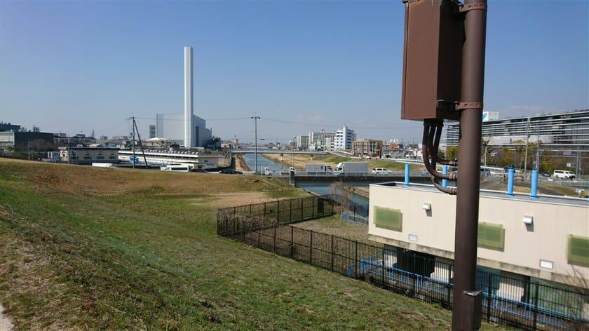 神崎川をはさんで、左:王子マテリアル大阪工場、右:ダイキン工業