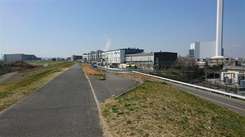 少し引き帰して、神崎川の河川敷に下りるべく右斜め前に進む