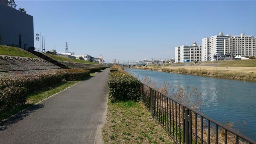 神崎川の河川敷に出る